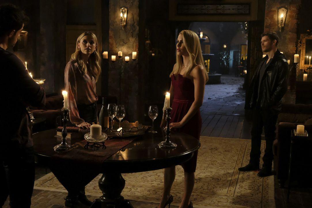 (v.l.n.r.) Freya (Riley Voelkel); Rebekah (Claire Holt); Klaus (Joseph Morgan) - Bildquelle: Warner Bros.