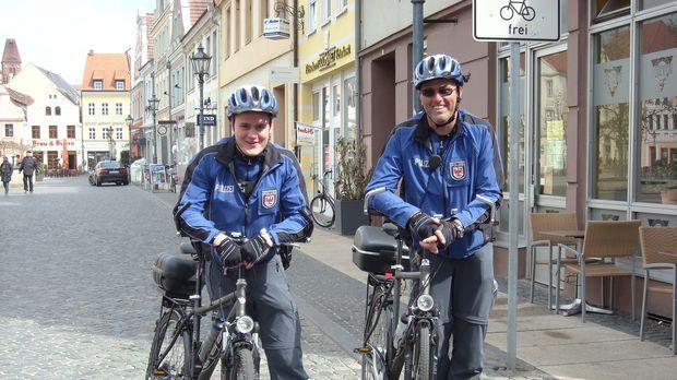 Polizeikommissar Ernst Busch und Polizeimeister Sven Rambow sind als Fahrradc...