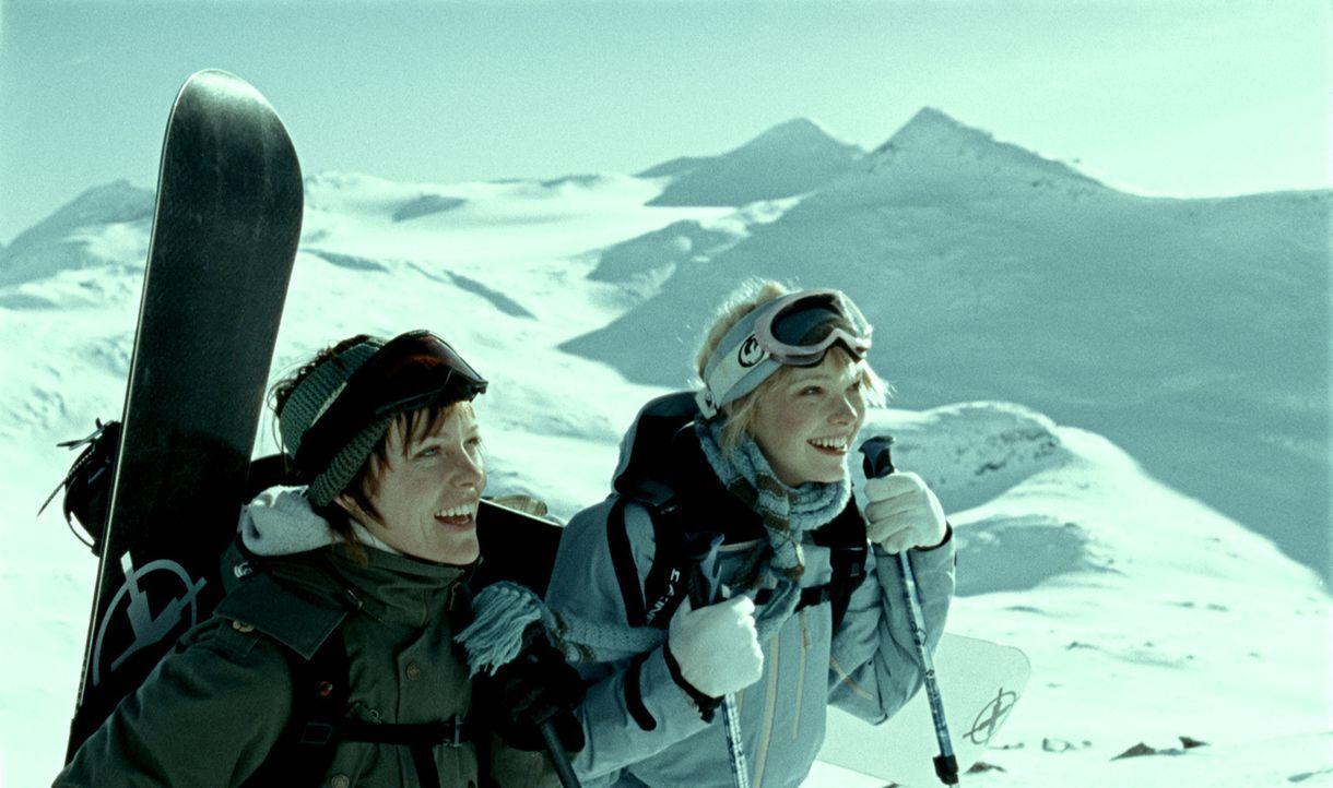 Die fünf Freunde Jannicke (Ingrid Bolso Berdal, l.), Eirik, Ingunn (Viktoria Winge, r.), Mikal und Morten gönnen sich einen Urlaub in den norwegis... - Bildquelle: Telepool GmbH