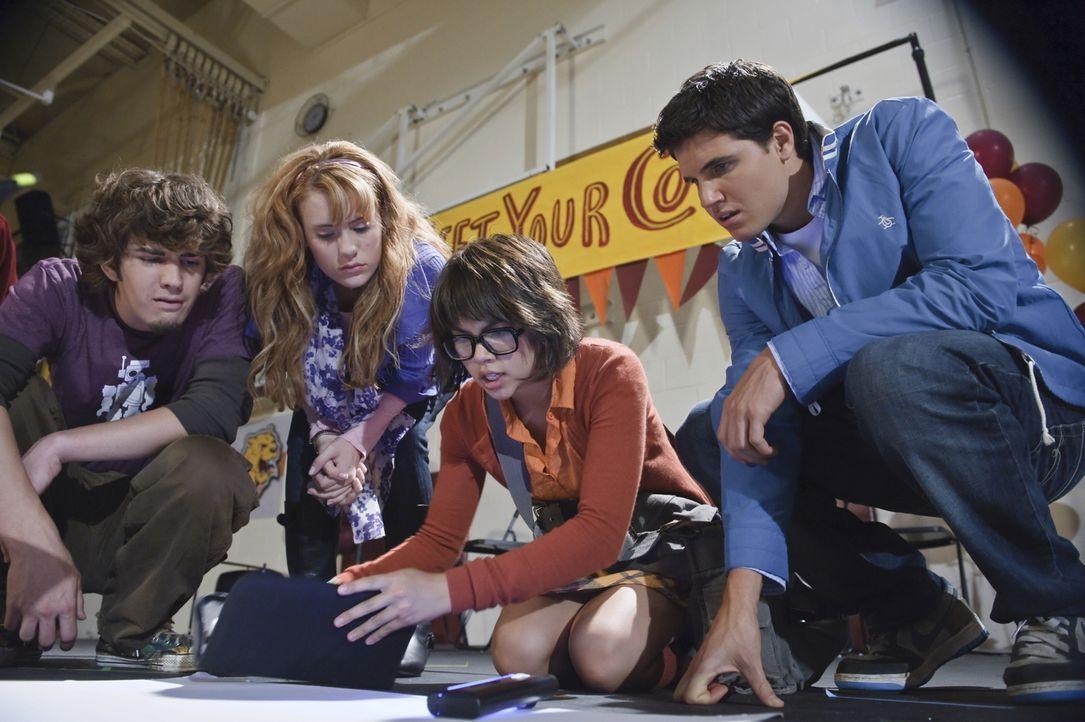 Notgedrungen müssen sich die vier gegensätzlichen Schüler, (v.l.n.r.) der unbeliebte Shaggy (Nick Palatas), die zukünftige Schauspielerin Daphne (Kate Melton), die Laborratte Velma (Hayley Kiyoko) und Footballspieler Fred (Robbie Amell), auf die Suche nach den ominösen Vandalen machen ...