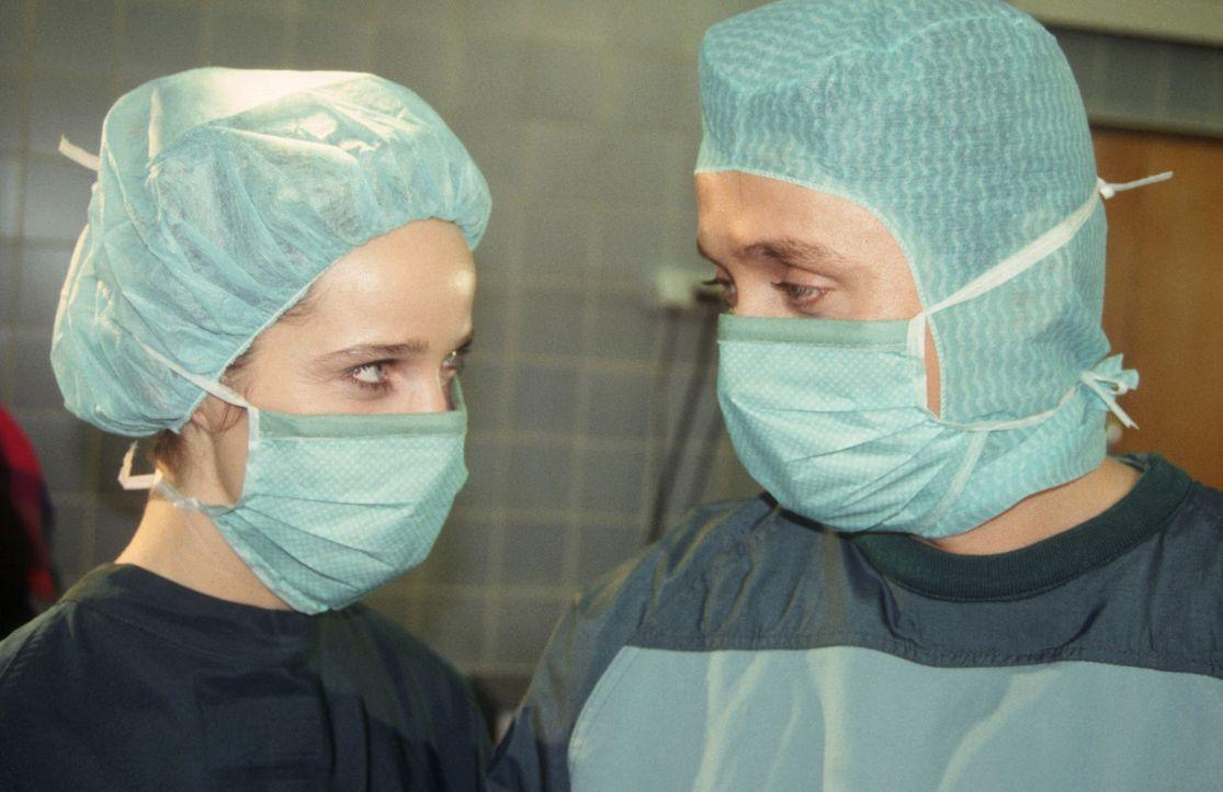 Dr. Kampmann (Ulrich Reinthaller, r.) und OP-Schwester Anna (Ann Kathrin Kramer, l.) sind ein gutes Team. Annas Charme bricht denn auch das Schweige... - Bildquelle: Janis Jatagandzidis Sat.1