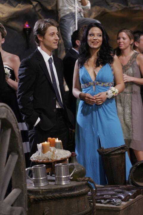 Um nicht alleine auf den Abschlussball gehen zu müssen, bittet Ryan (Benjamin McKenzie, l.) Theresa (Navi Rawat, r.) ihn zu begleiten ... - Bildquelle: Warner Bros. Television