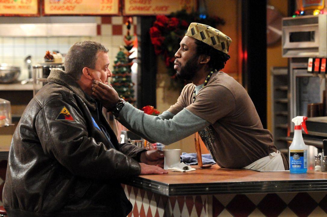 Mike (Billy Gardell, l.) ist am Rande der Verzweiflung, da Weihnachten vor der Tür steht und er immer noch kein Geschenk für Molly gefunden hat un... - Bildquelle: 2010 CBS Broadcasting Inc. All Rights Reserved.