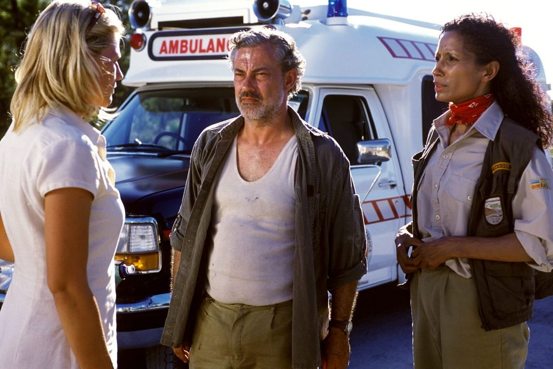 Steve (Rolf Kanies, M.) und Mathilda (Karin Boyd, r.) lassen sich von Elena (Sophie Schütt, l.) erklären, wie es zu Phils Autounfall kommen konnte. - Bildquelle: Megan Lewis Sat.1