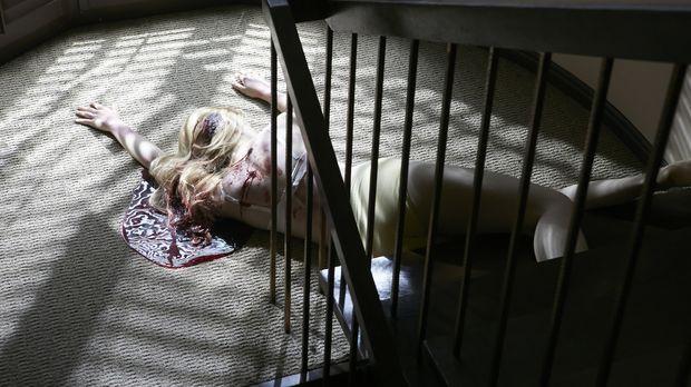 Schreckliches Verbrechen: Die blonde Julie Reitz (Claire Bastable) liegt halb...