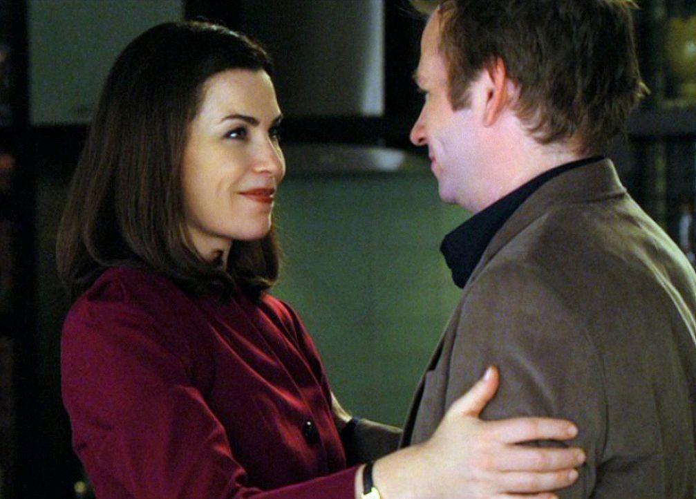Noch freut sich Alicia (Julianna Margulies, l.) ihren Bruder Owen (Dallas Roberts, r.) wieder zu sehen ... - Bildquelle: CBS Broadcasting Inc. All Rights Reserved