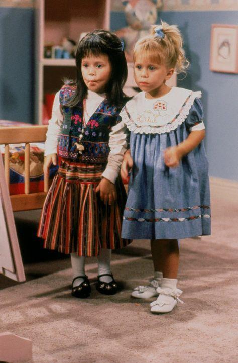 Michelle (Ashley Olsen, r.) kann es gar nicht glauben, als Melina (Mary-Kate Olsen, l.) zusammen mit Jesses Großeltern das Haus betritt ... - Bildquelle: Warner Brothers Inc.