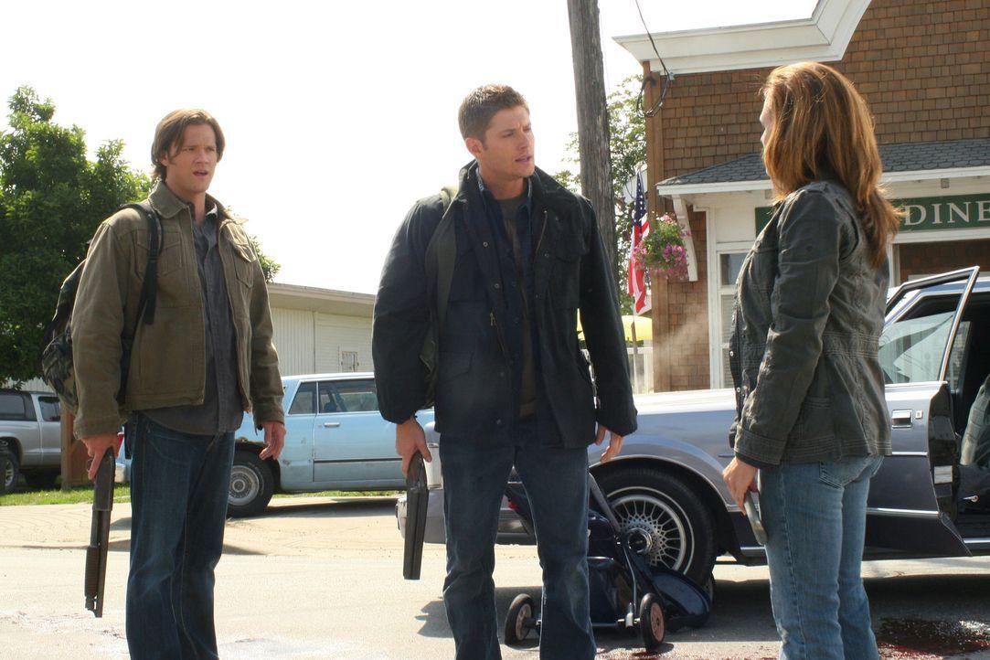 Der Krieg: Sam (Jared Padalecki, l.), Dean (Jensen Ackles, M.) und Ellen Harvelle (Samantha Ferris, r.) ... - Bildquelle: Warner Bros. Television