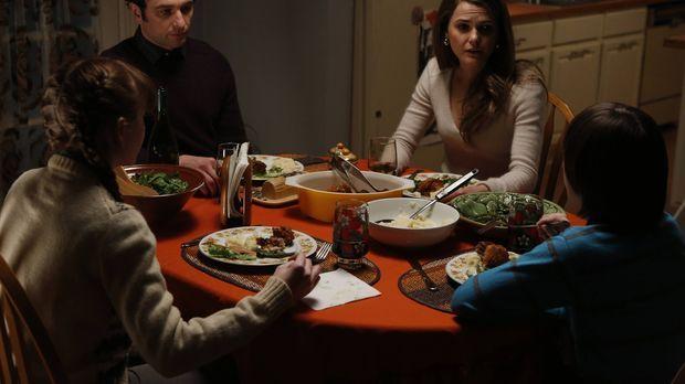Phillip (Matthews Rhys, 2.v.l.) und Elizabeth (Keri Russell, 2.v.r.) treffen...
