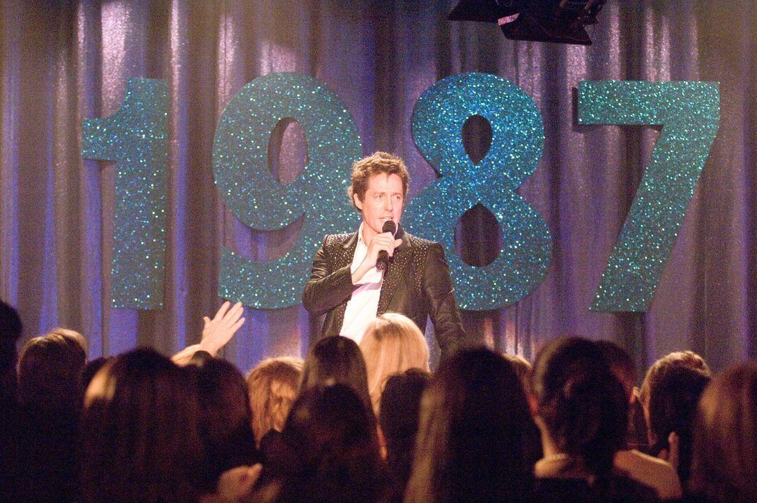 """Seit der Trennung von """"Pop!"""", Anfang der Neunziger, schlägt Alex Fletcher (Hugh Grant) sich mit 80er-Retroshows in Vergnügungsparks und auf Jahrmärk... - Bildquelle: Warner Bros."""
