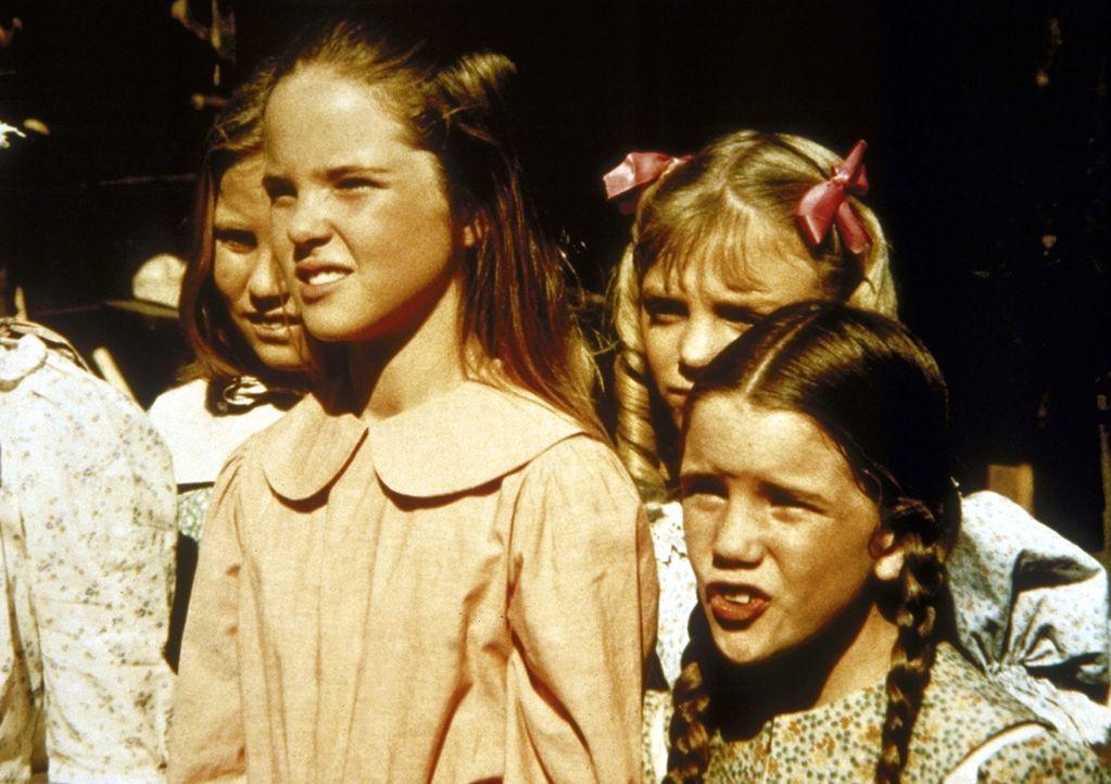 (v.l.n.r.) Christy (Tracy Savage), Mary (Melissa Sue Anderson), Nellie (Alison Arngrim) und Laura (Melissa Gilbert) sind gespannt, ob Jones tatsäch... - Bildquelle: Worldvision