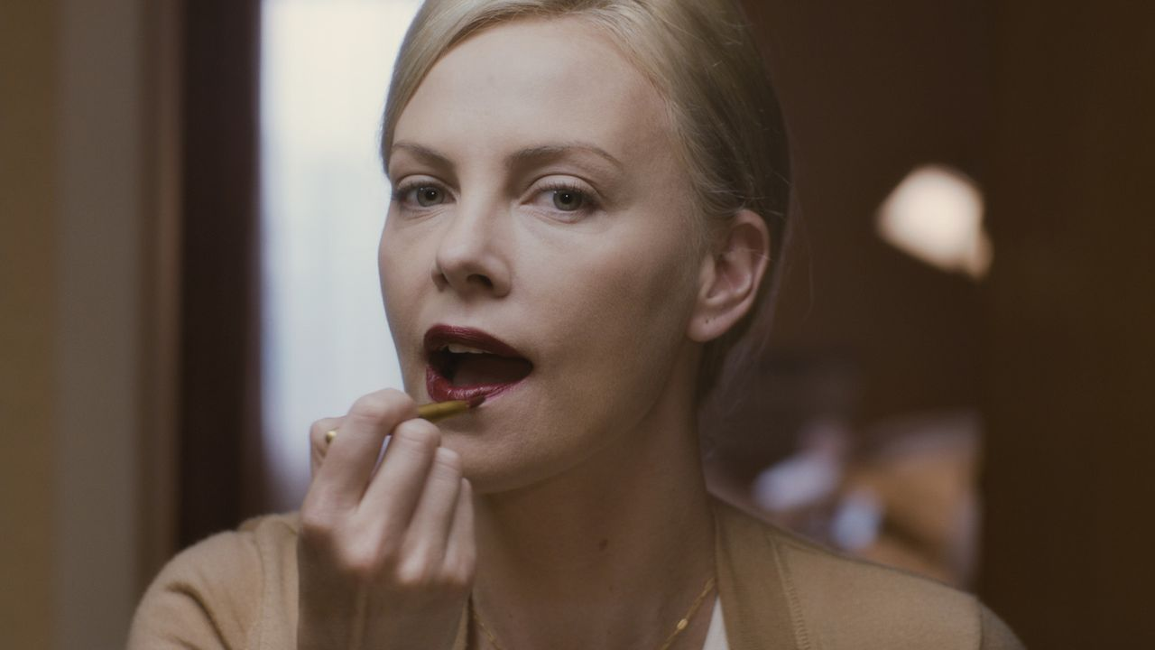 Die ehemalige Highschool-Queen Mavis (Charlize Theron) startet ihre verzweifelten Versuche, in ihrer Heimatstadt ihre große Jugendliebe zurückzuerob... - Bildquelle: Courtesy of Paramo 2011 Paramount Pictures and Mercury Productions, LLC. All Rights Reserved.