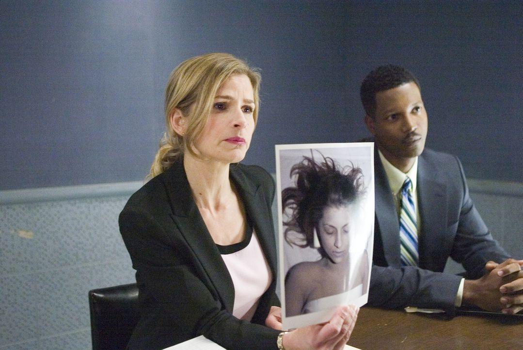 Ermitteln gemeinsam in einem neuen Fall: Deputy Chief Brenda Johnson (Kyra Sedgwick, l.) und Sgt. David Gabriel (Corey Reynolds, r.) ... - Bildquelle: Warner Brothers