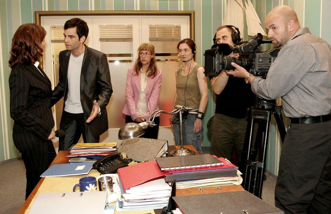 David (Mathis Künzler, 2.v.l.) versucht das Interview, bei dem Lisa (Alexandra Neldel, M.) in eine Falle getappt ist, mit der Journalistin (Cornelia... - Bildquelle: Noreen Flynn Sat.1