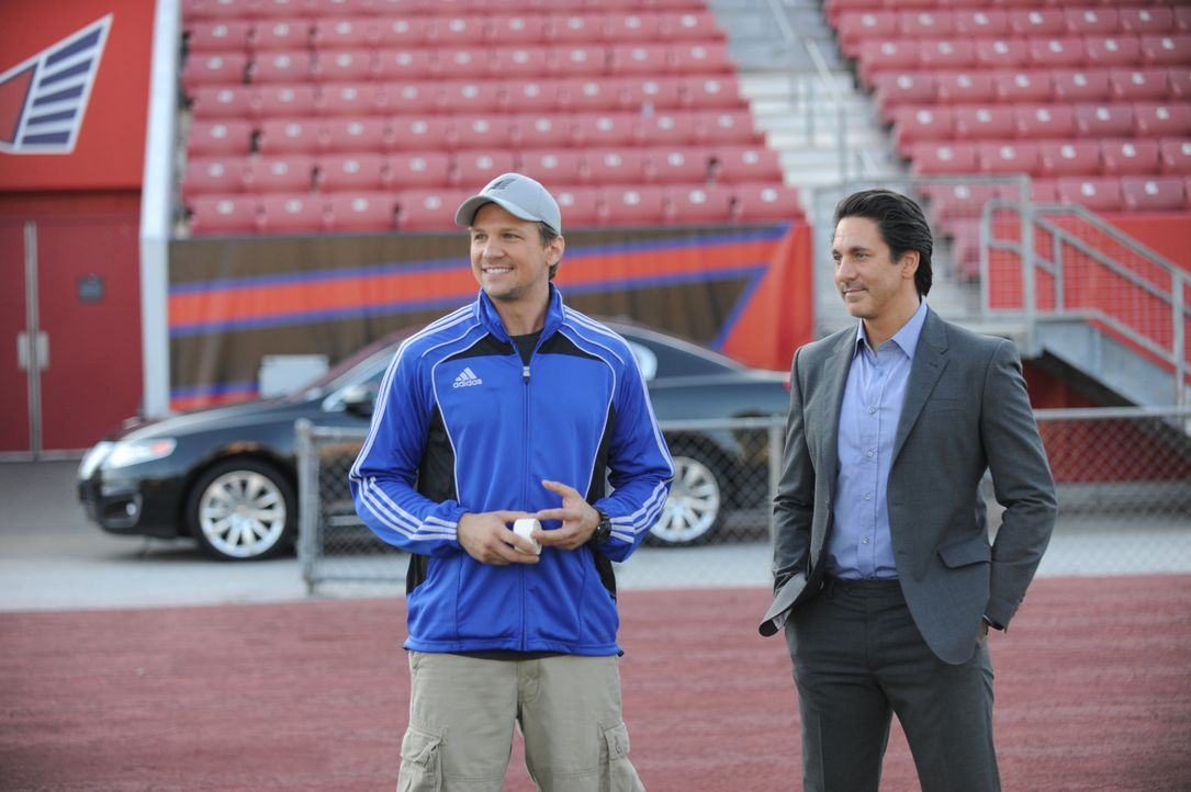 "Haben das Schicksal der ""New York Hawks"" in der Hand: Footballcoach Matthew (Marc Blucas, l.) und Manager Nico (Scott Cohen, r.) ... - Bildquelle: 2011 Sony Pictures Television Inc. and Universal Network Television LLC.  All Rights Reserved."