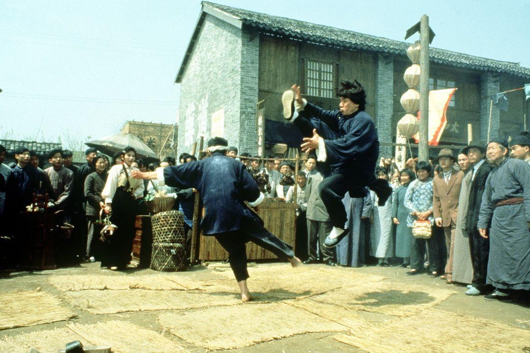 Kampfkunstexperte Wong Fei-Hong (Jackie Chan, r.) wollte nur mit einer Ginseng-Wurzel den Zoll umgehen, doch jetzt muss er sich mit professionellen... - Bildquelle: Miramax Films