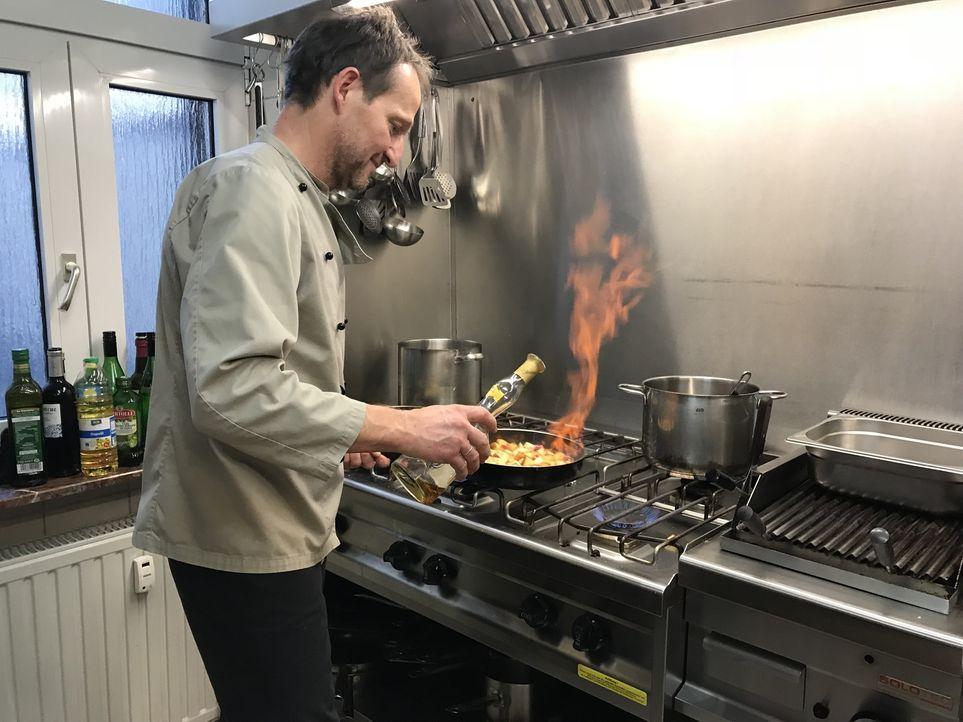 """Hilfe vom Sternekoch: Dank den Tipps von Frank Rosin geht es in der Küche von Jürgen Bender (Foto) in """"Benders Gaststube"""" nun heiß her ... - Bildquelle: kabel eins"""