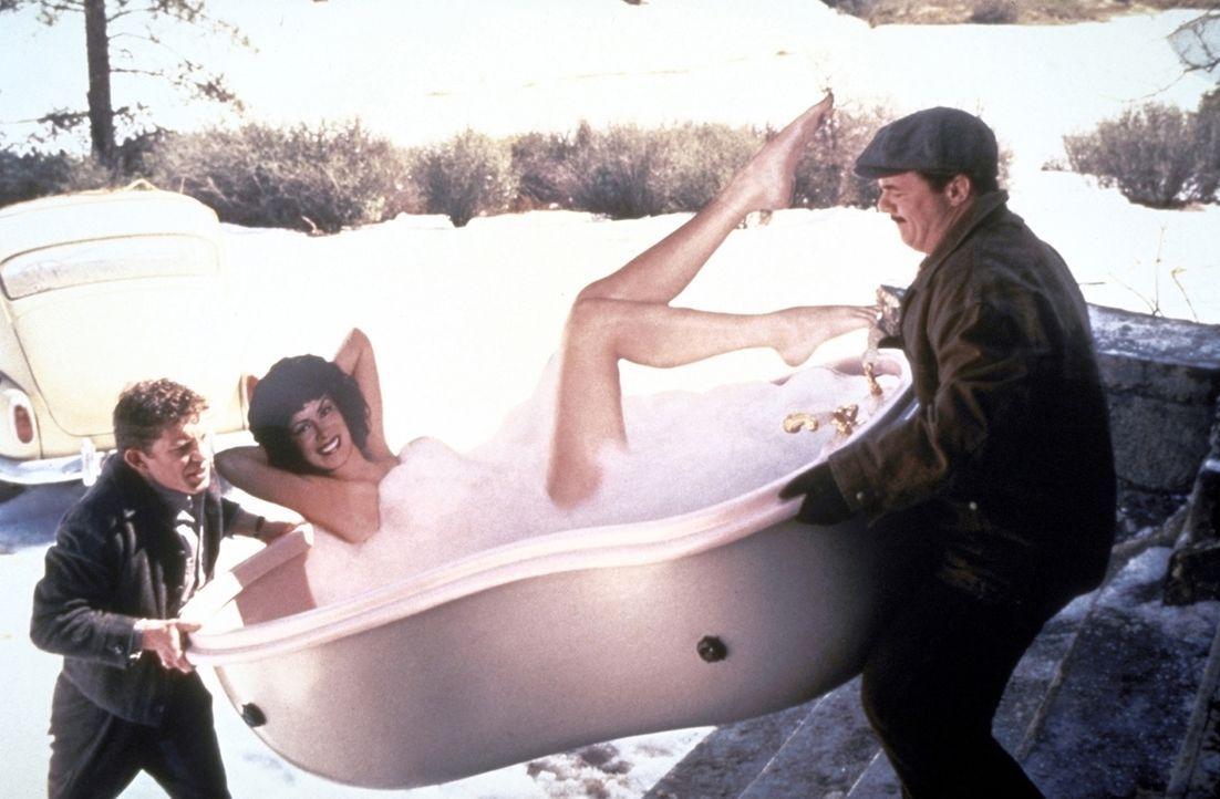 Ernie (Nathan Lane, r.) und Lars (Lee Evans, l.) wollen es sich in ihrem neuen Haus gemütlich machen. Da darf natürlich eine Badewanne mit passendem... - Bildquelle: TM+  1997 DreamWorks LLC. All Rights Reserved.