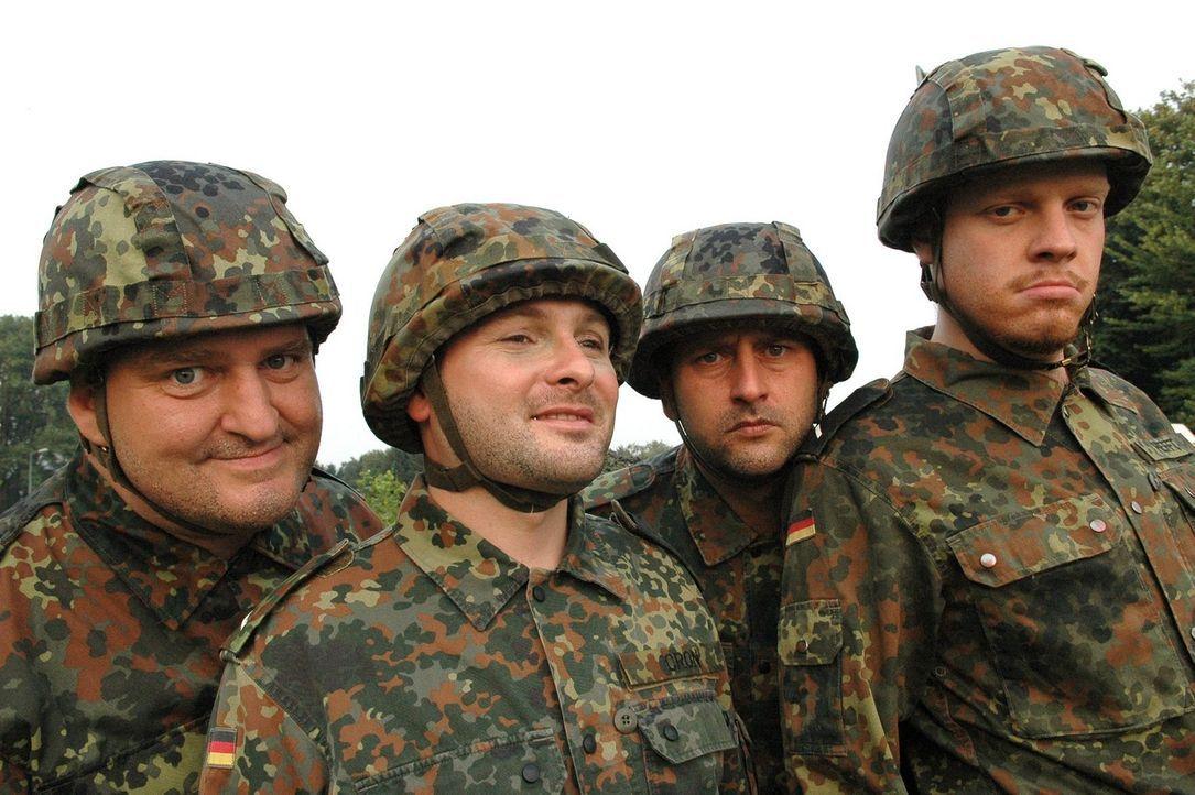 Markus Maria Profitlich (l.) ist wieder mal bei der Bundeswehr. - Bildquelle: Sat.1