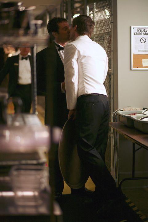 Scotty (Luke MacFarlane, r.) nimmt Kevins (Matthew Rhys, l.) Entschuldigung an, was allerdings zu einem Problem mit dessen Chef führt ... - Bildquelle: Disney - ABC International Television