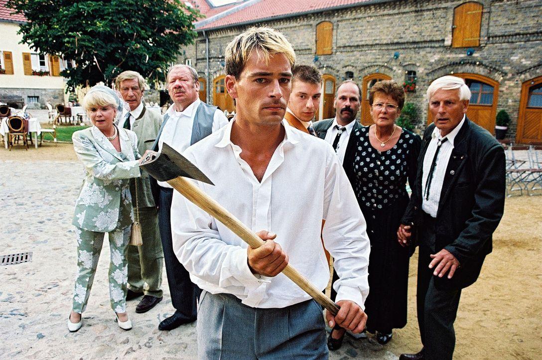 Tilo (Jan Sosniok) möchte endlich mit seiner zukünftigen Frau sprechen und greift zu einer Axt, um das Scheunentor zu öffnen. - Bildquelle: Hardy Spitz Sat.1