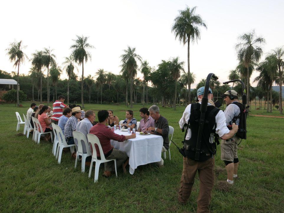 Anthony Bourdain (3.v.r.) stattet Paraguay einen Besuch an und erkundet, wie sich die buntgemischte Gesellschaft zusammensetzt und welche kulinarisc... - Bildquelle: 2014 Cable News Network, Inc. A TimeWarner Company All rights reserved