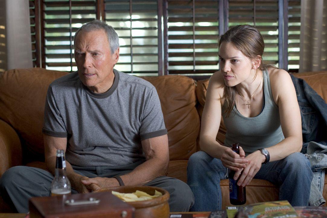 Boxtrainer Frankie Dunn (Clint Eastwood, l.) leidet sehr unter der Trennung von seiner Tochter. Jede Woche schreibt er ihr einen Brief, der immer wi... - Bildquelle: Epsilon Motion Pictures