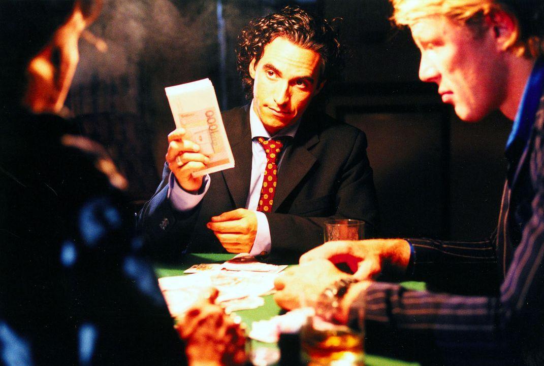Welches Spiel spielt Jan Holting (Diego Wallraff, M.), ein ehemaliger Kollege Taubes beim BKA, wirklich? - Bildquelle: Diane Krüger Sat.1
