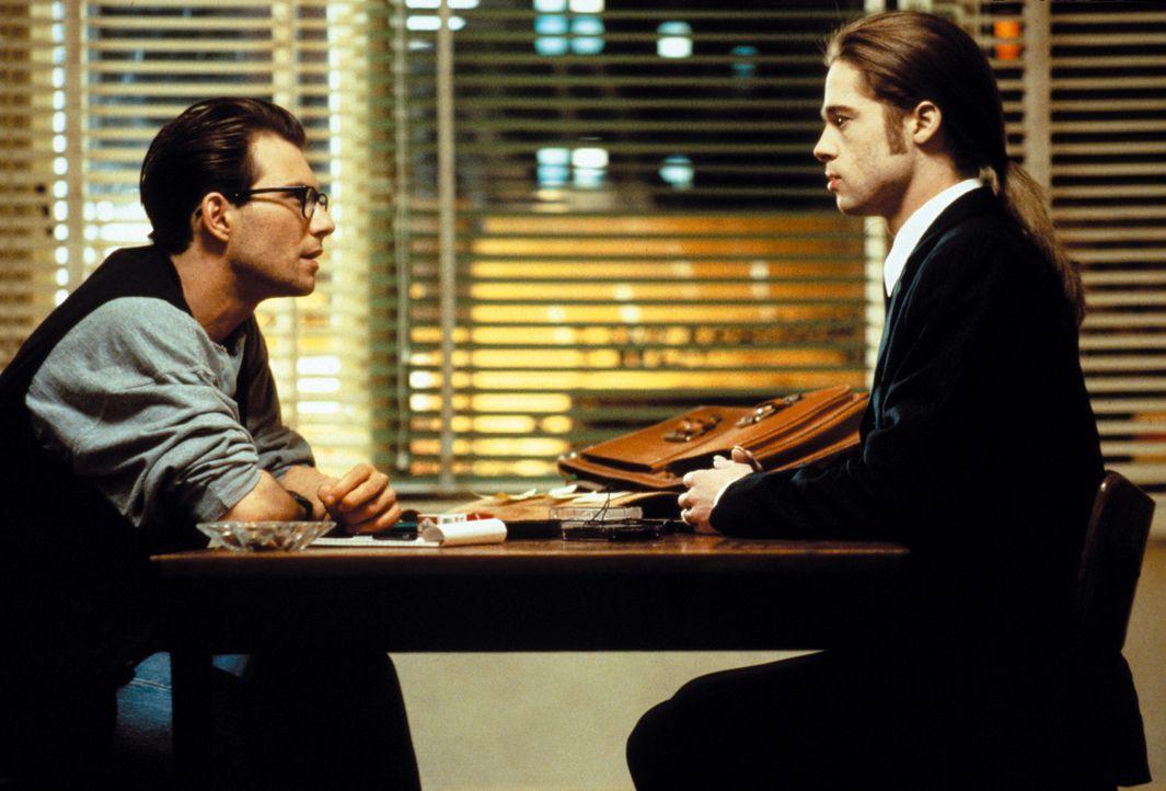 Louis (Brad Pitt, r.) erzählt dem Reporter Daniel Malloy (Christian Slater, l.) von Lestat, dem Vampir, der ihn zu dem machte, was er heute ist: ein... - Bildquelle: Warner Bros.