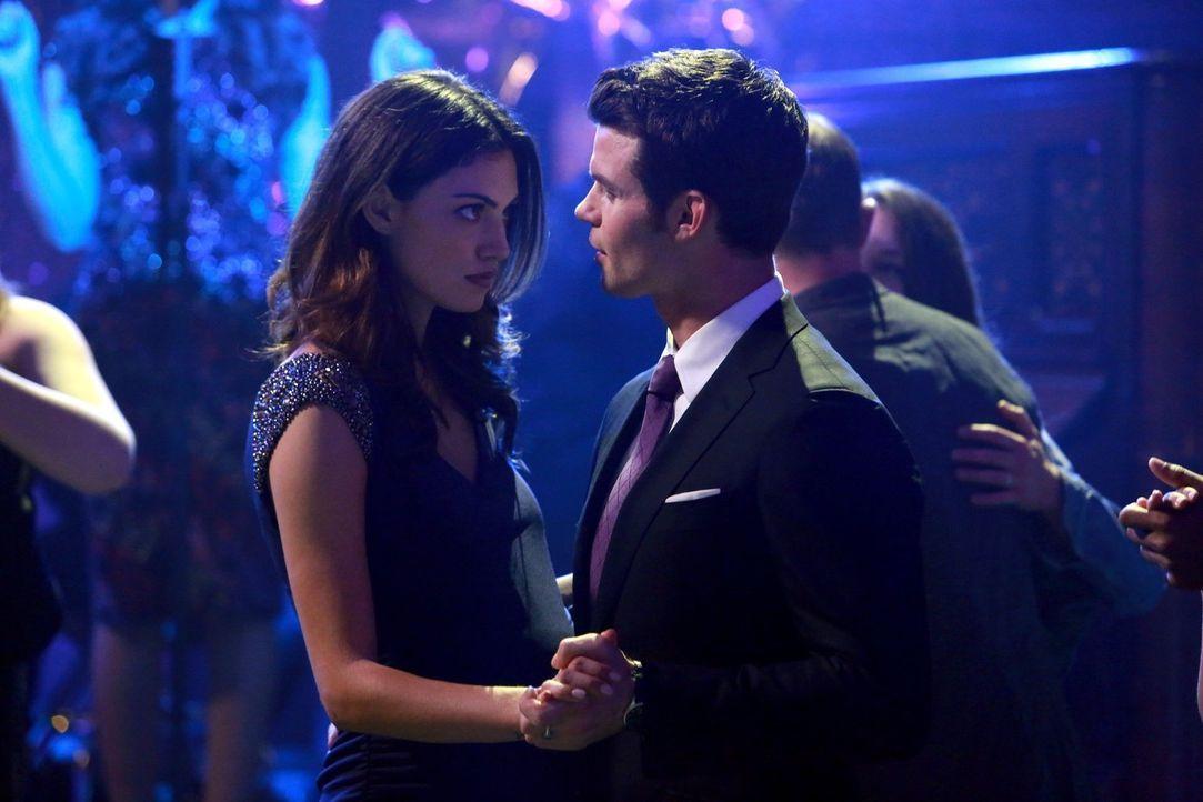 Die Situation zwischen Elijah (Daniel Gillies, r.) und Hayley (Phoebe Tonkin, l.) ist mehr als angespannt, und ihre Meinungsverschiedenheiten machen... - Bildquelle: Warner Bros. Television