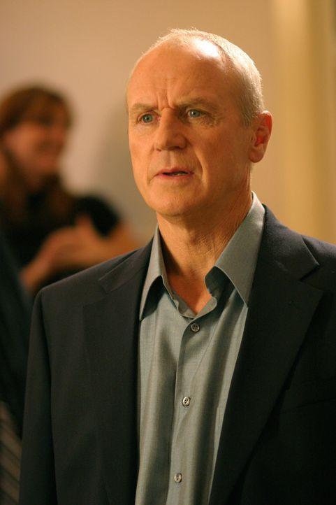 Caleb (Alan Dale) ist endlich wieder ein freier Mann und die Skandale scheinen sich aufzulösen. Julie interessiert das jedoch wenig ... - Bildquelle: Warner Bros. Television