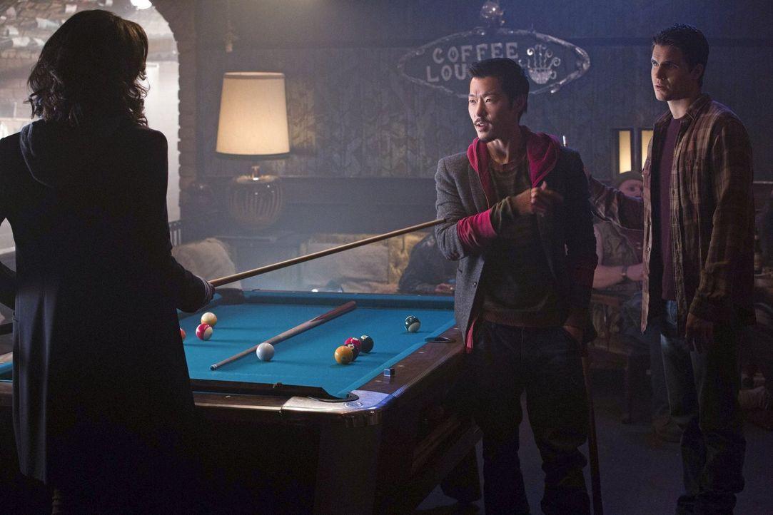 Wer wird dieses Spiel gewinnen? Piper (Aeriél Miranda, l.) schlägt sich nicht schlecht im Kampf gegen Russell (Aaron Yoo, M.), doch Stephen (Robbie... - Bildquelle: Warner Bros. Entertainment, Inc