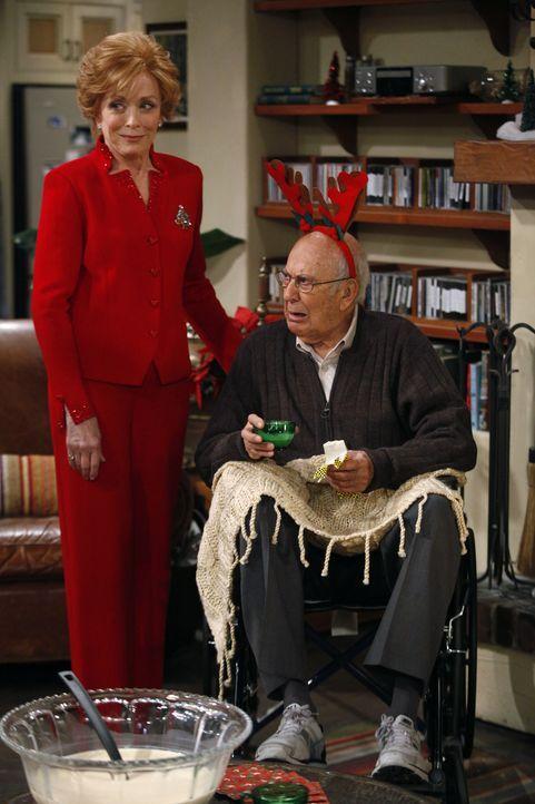 Evelyn (Holland Taylor, l.) taucht mit einem alten Rollstuhlfahrer (Carl Reiner, r.) auf, von dem sie sich ein gutes Immobiliengeschäft erhofft, wen... - Bildquelle: Warner Brothers