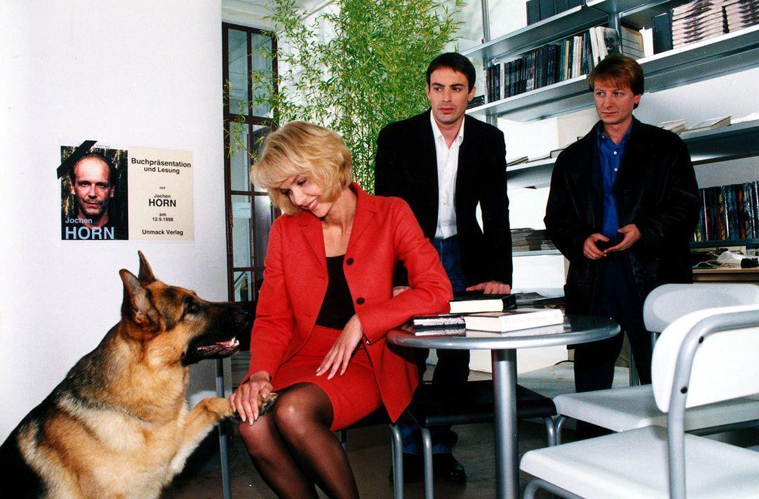 Kommissar Brandtner (Gedeon Burkhard, M.), Böck (Heinz Weixelbraun, r.) und Rex sind froh, dass sie Renate Späth (Claudia Messner, l.) im letzten Mo... - Bildquelle: Ali Schafler Sat.1