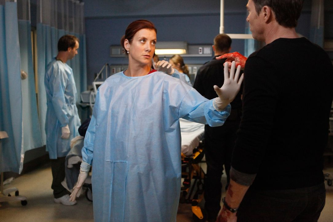 Es steht sehr schlecht um Violet. Während sich Naomi und Addison (Kate Walsh, l.) unm sie kümmern, gerät  Pete (Tim Daly, r.) mit Sheldon in Streit... - Bildquelle: ABC Studios
