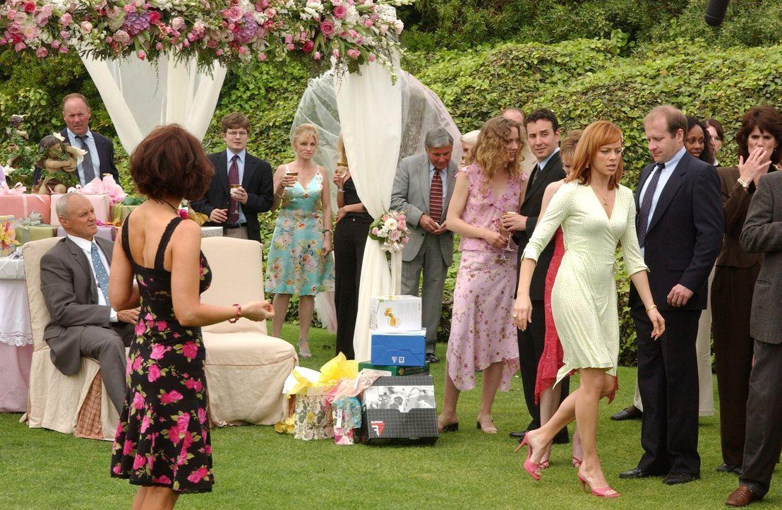 Die Vorbereitungen für die Party laufen auf Hochtouren und Marissa lädt Cindy (Holly Fileds, l.) ein, um sich an ihrer Mutter Julie (Melinda Clark... - Bildquelle: Warner Bros. Television