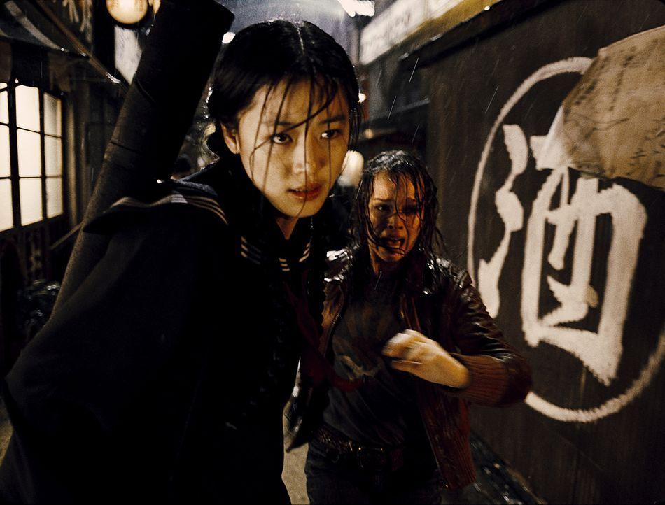 Als ihr Vater ermordet wird, gelingt es Alice (Allison Miller. r.) in letzter Minute zu Saya (Gianna Jun, l.) zu flüchten. Dort ist sie jedoch nur f...