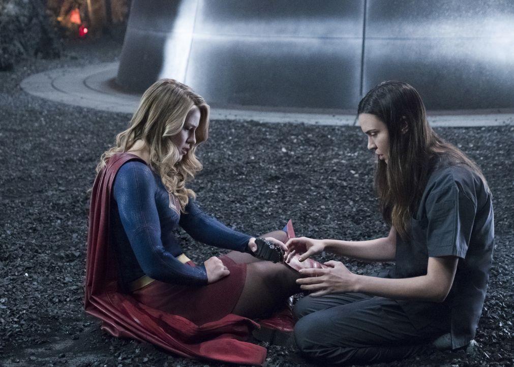 Gelingt es Kara alias Supergirl (Melissa Benoist, l.) und dem Team tatsächlich, Sam (Odette Annable, r.) so stark werden zu lassen, dass sie Reign k... - Bildquelle: 2017 Warner Bros.