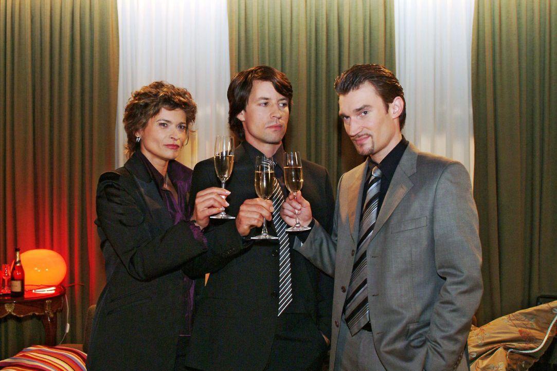 Siegessicher stößt Richard (Karim Köster, r.) mit Sophie (Gabrielle Scharnitzky, l.) und Viktor (Roman Rossa, M.) schon einmal auf Kerima Modas Z... - Bildquelle: Sat.1