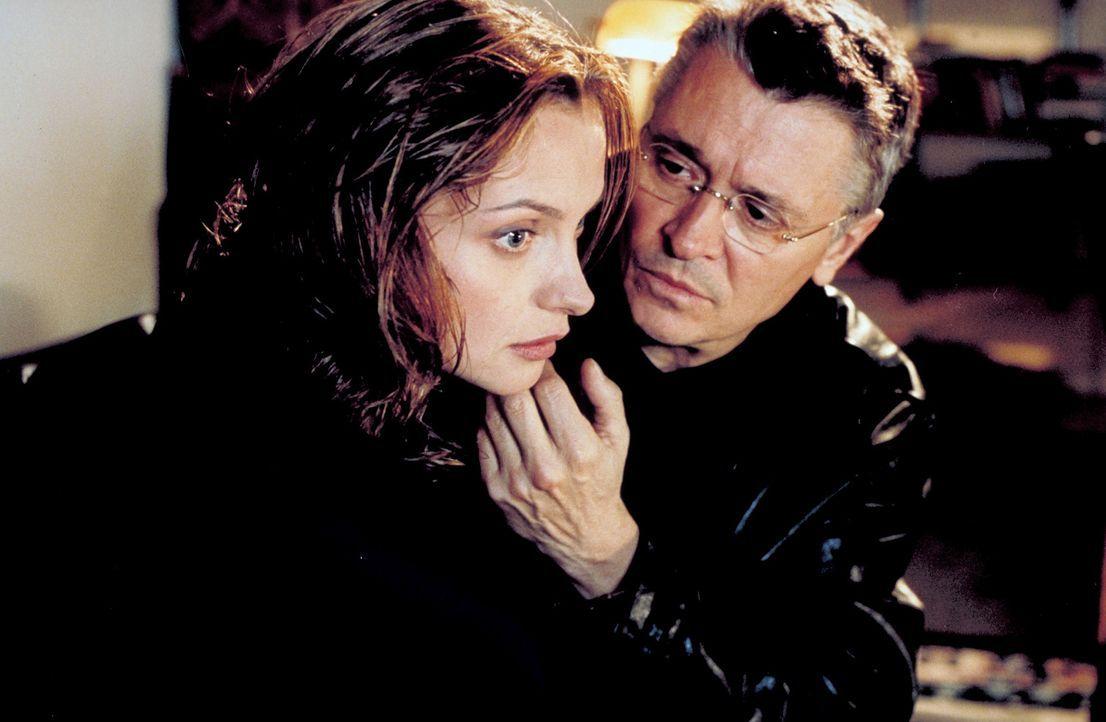 Schon bald kommt Sylvie (Catherine Flemming, l.) ein schrecklicher Verdacht: Hat ihr Mann Hanno (Henry Hübchen, r.) etwas mit den grausamen Morden a... - Bildquelle: Katrin Knoke ProSieben