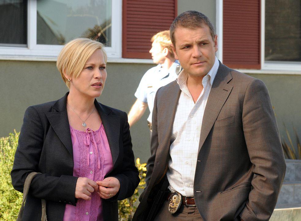 Ein Serien-Mörder macht Allison Dubois (Patricia Arquette, l.) und Lee Scanlon (David Cubitt, r.) das Leben schwer ... - Bildquelle: Paramount Network Television