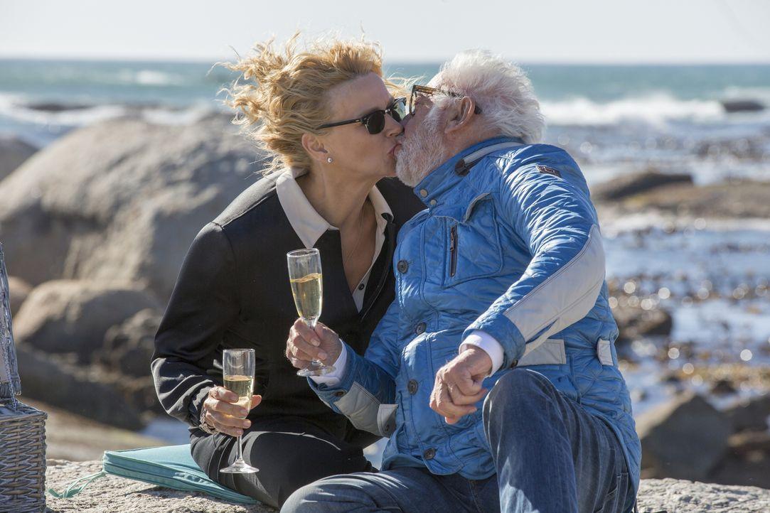 Ein von der attraktiven Betrügerin Annabel (Veronica Ferres, l.) ausgebeutete Ex-Geliebter droht, sie auffliegen zu lassen, sollte sie ihm keine 300... - Bildquelle: Charlie Sperring SAT.1
