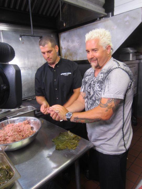 Zusammen mit seinem Bruder gehört Rosario Scarato (l.) das italienische und griechische Restaurant Anthonio's Taverna. Guy Fieri (r.) ist begeistert... - Bildquelle: 2012, Television Food Network, G.P. All Rights Reserved.