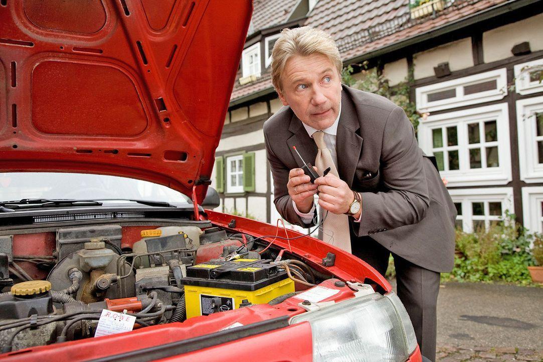 Reinhard (Jörg Schüttauf) installiert heimlich einen Peilsender in Rafis Auto. - Bildquelle: Dominik Hatt Sat.1