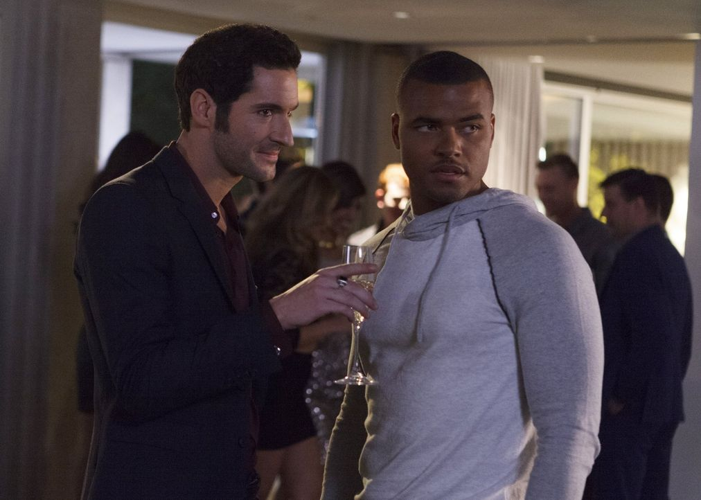Auf einer Party verkuppelt Lucifer (Tom Ellis, l.) den jungen Footballspieler Ty Huntley (Redaric Williams, r.) mit einer aufstrebenden Schauspieler... - Bildquelle: 2016 Warner Brothers