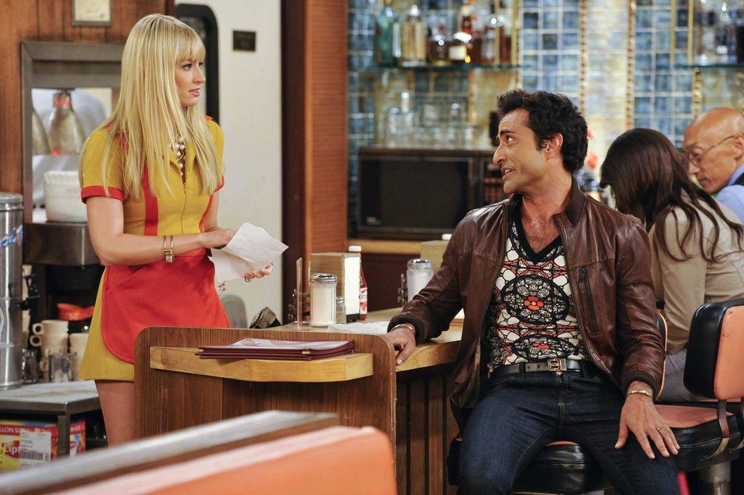 Als Luis (Federico Dordei, r.) Carolines (Beth Behrs, l.) Geheimnis entdeckt, ist er schockiert. Caroline hingegen streitet alles ab und tischt dafü... - Bildquelle: Warner Brothers