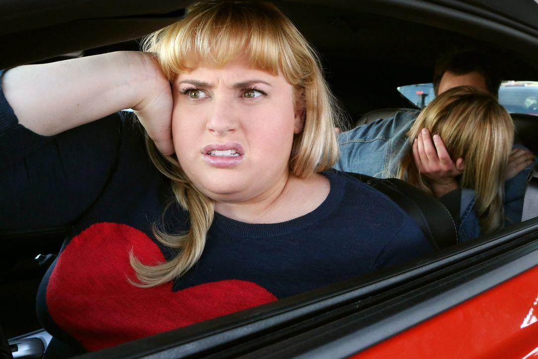 Für Kimmie (Rebel Wilson, vorne) könnte es nicht schlimmer werden: Richard und Kendall sind ein Paar und jetzt ist ihre kleine Schwester Jazmine (As... - Bildquelle: Warner Brothers