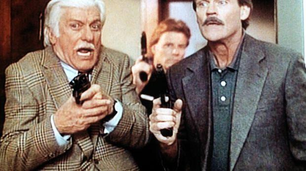 Dr. Mark Sloan (Dick Van Dyke, l.) nimmt an einer Polizeiübung teil, bei der...