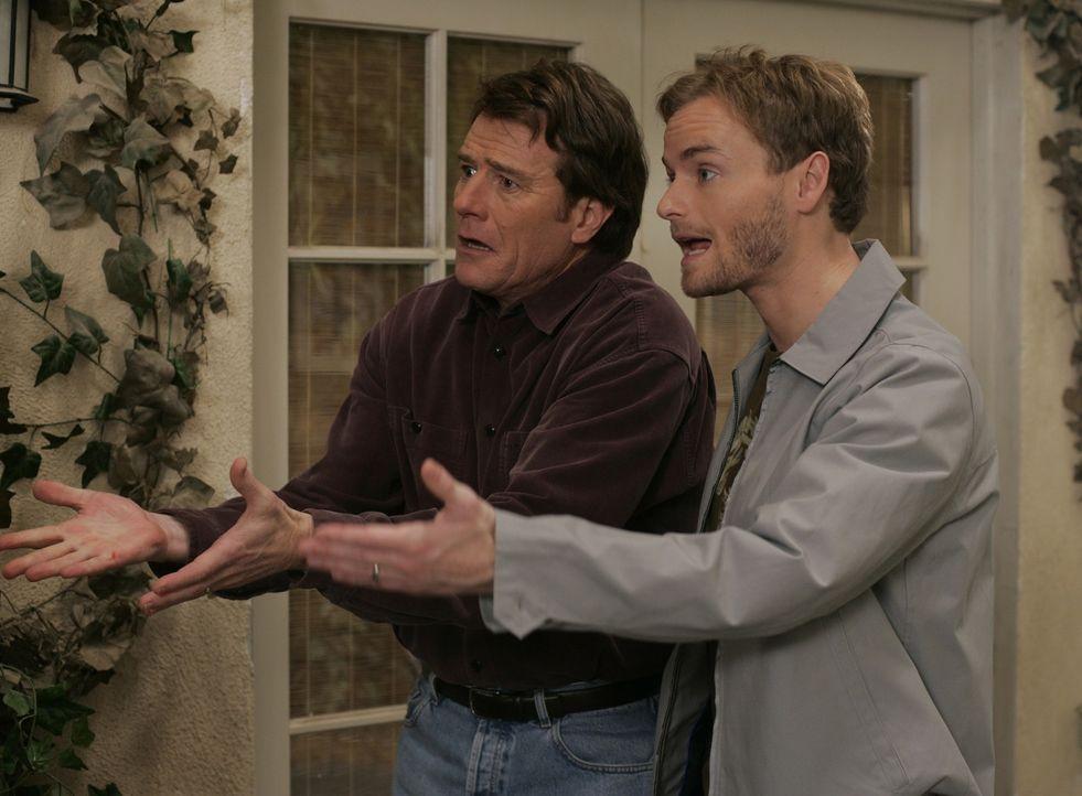 Francis (Christopher Masterson, r.) kommt zu seinem 21. Geburtstag und er hat nicht vergessen, dass Hal (Bryan Cranston, l.) ihm in seiner Kindheit... - Bildquelle: TM &   2005 - 2006 Twentieth Century Fox Film Corporation and Regency Entertainment (USA), Inc.