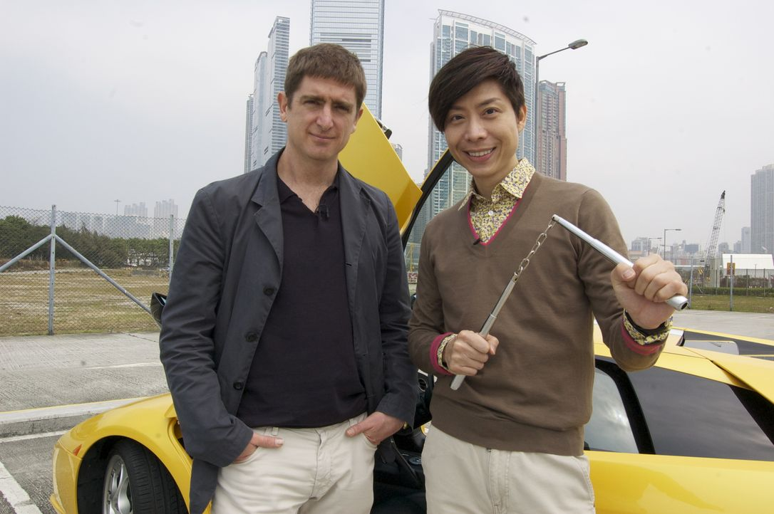 Marcel Theroux (l.) reist nach Hong Kong um sich mit Richard (r.), einem ganz besonderen Lehrer, zu treffen ... - Bildquelle: Quicksilver Media 2012